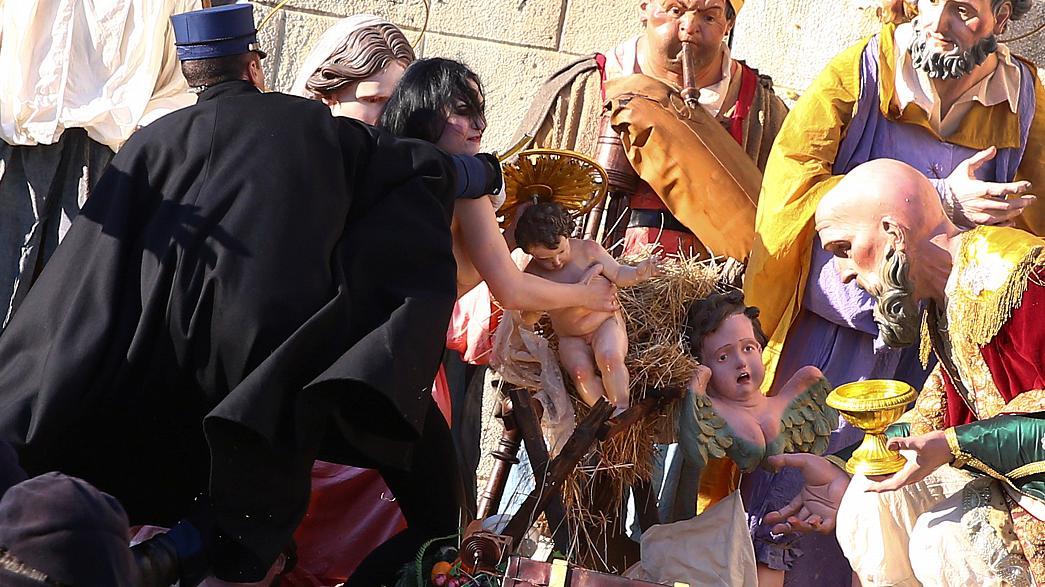 Feminista entra no presépio do Vaticano