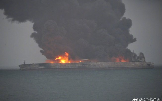 Petroleiro iraniano arde junto à costa da China