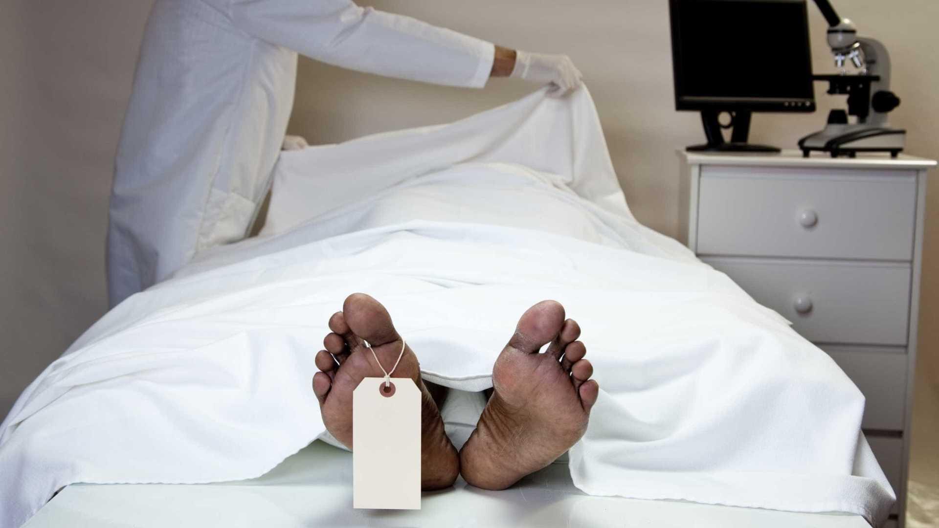 Homem declarado morto por três médicos acorda na mesa de necropsia