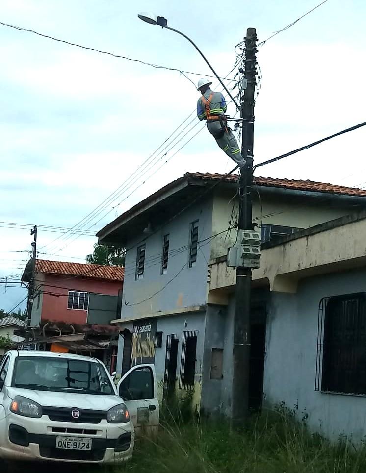 eletricista dependurado ao cortar luz  u2014 utente inadimplente tirou escada