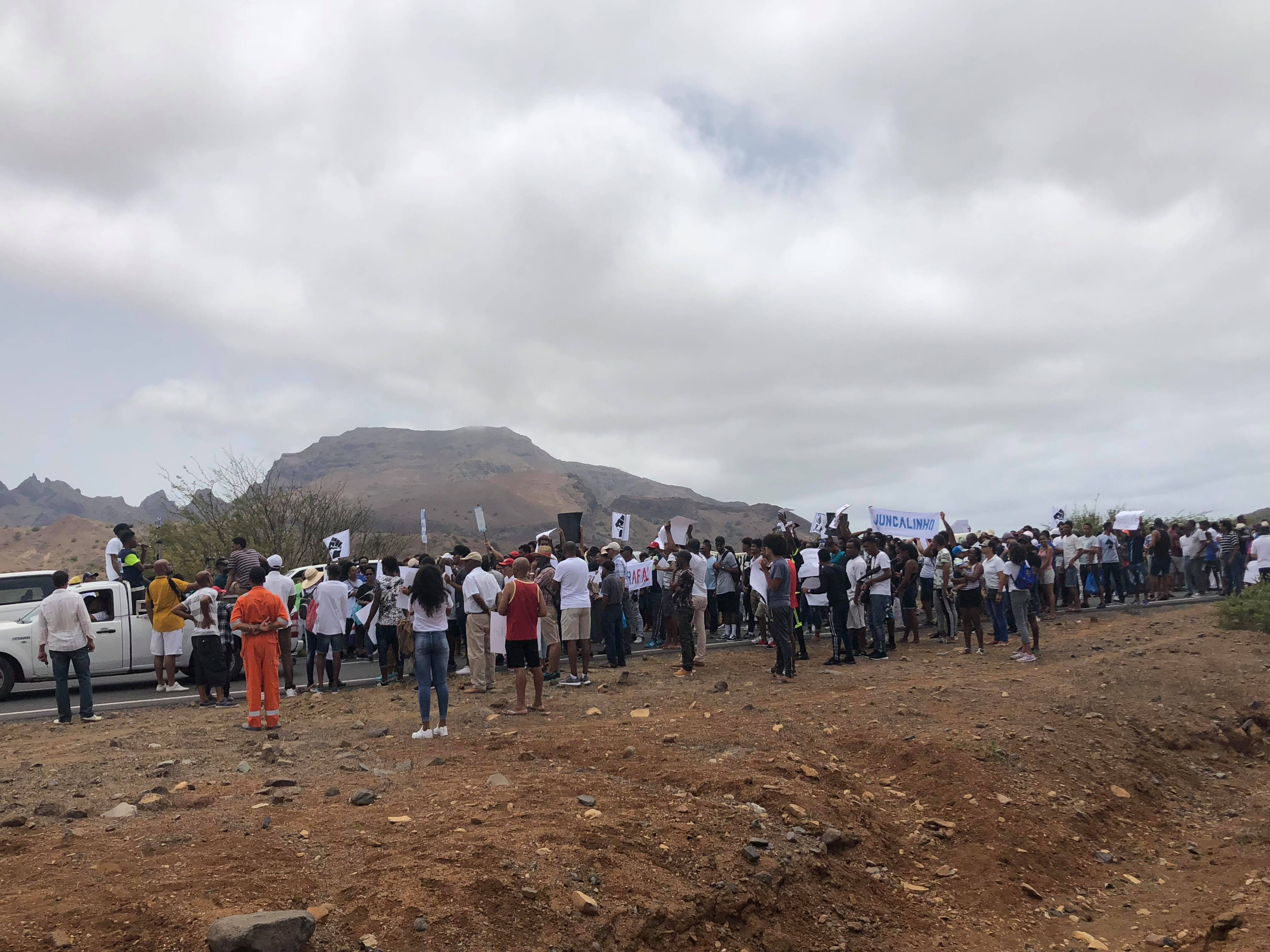 s u00e3o nicolau  mais de meio milhar em protesto  autarca vaiado  ministro e deputado cancelaram